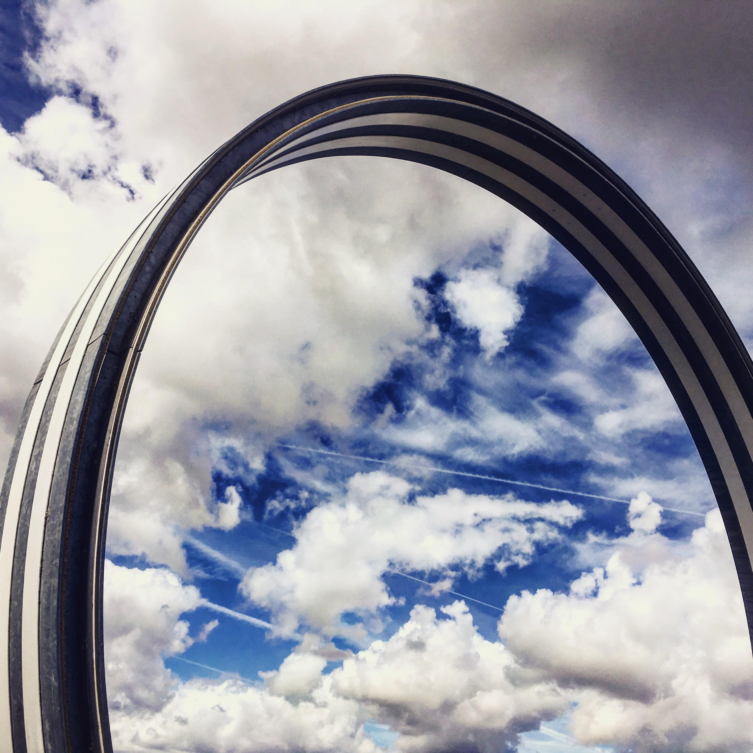 Gros plan sur les cercle de Buren, sur fond de ciel bleu et nuages